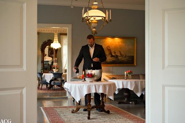 Hovmester Dagfinn Galdal kvalitetssikrer vinen på Boen Gård