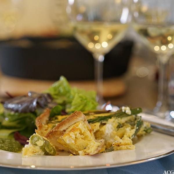Aspargespai med salat og vin