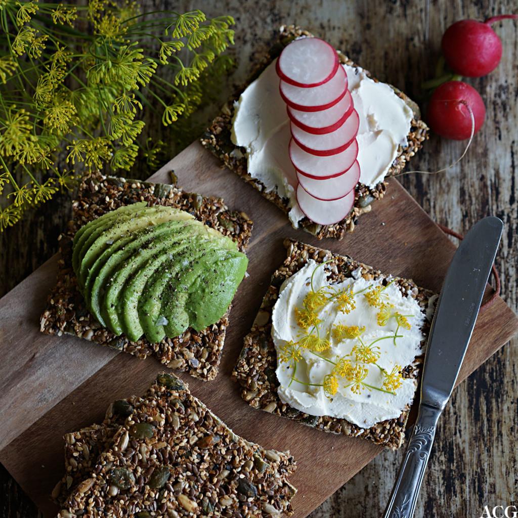 knekkebrød uten mel, med avokado, smøreost og reddik