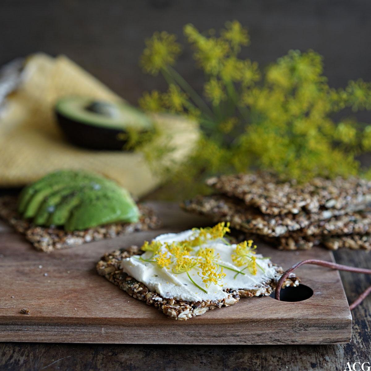knekkebrød med smøreost og avokado