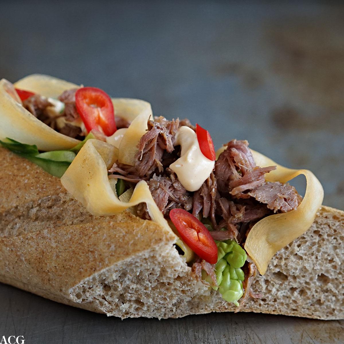sandwich med marinert svineknoke