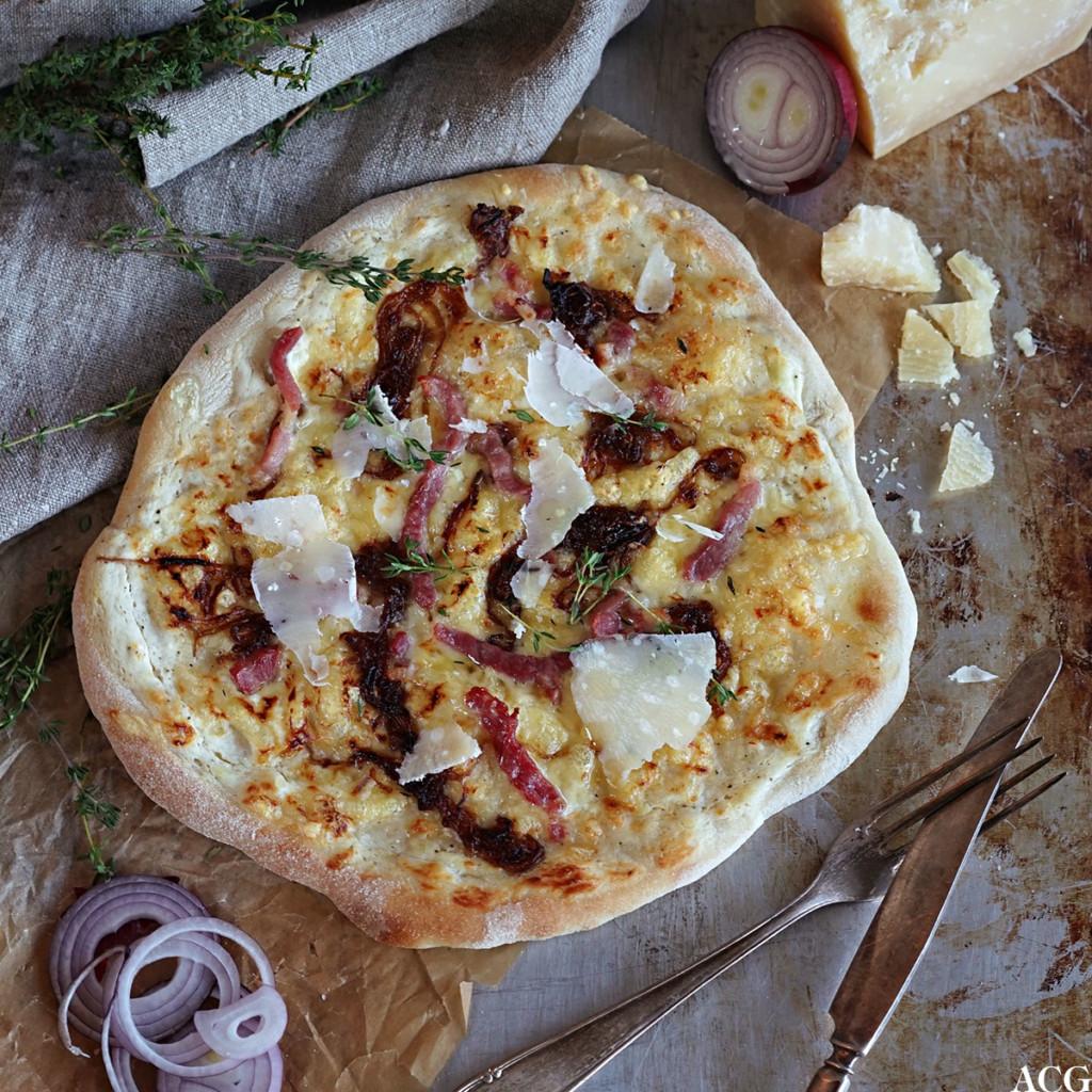 rask gourmetpizza med bacon og rødløk