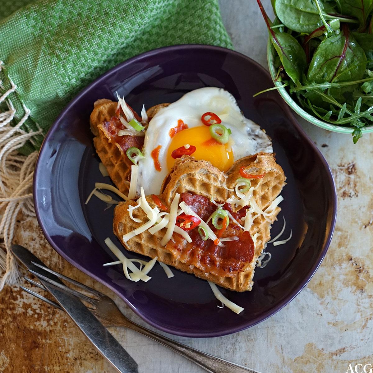 grov rugvaffel med ost, egg og bacon