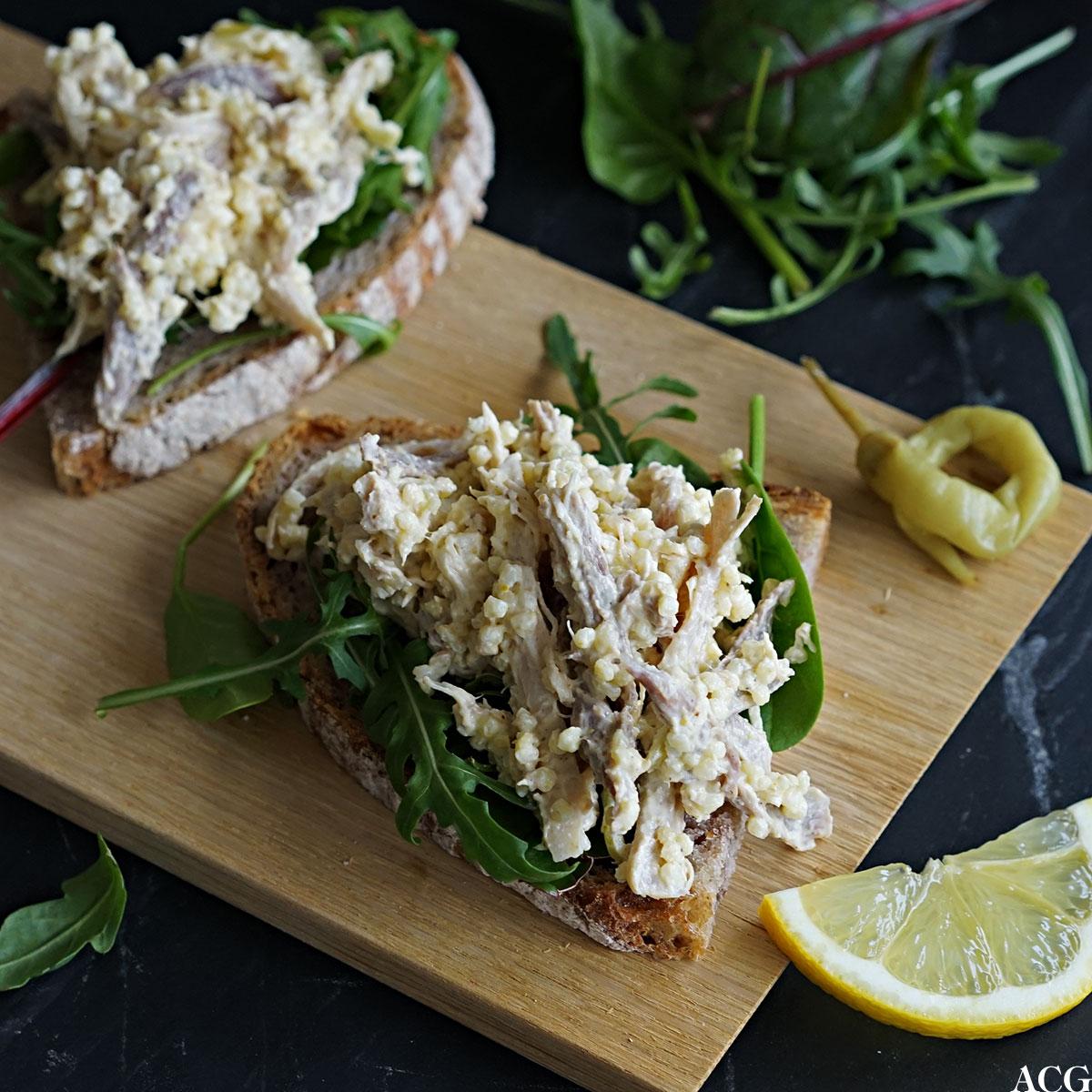 to skiver brød med hønsesalat med karri