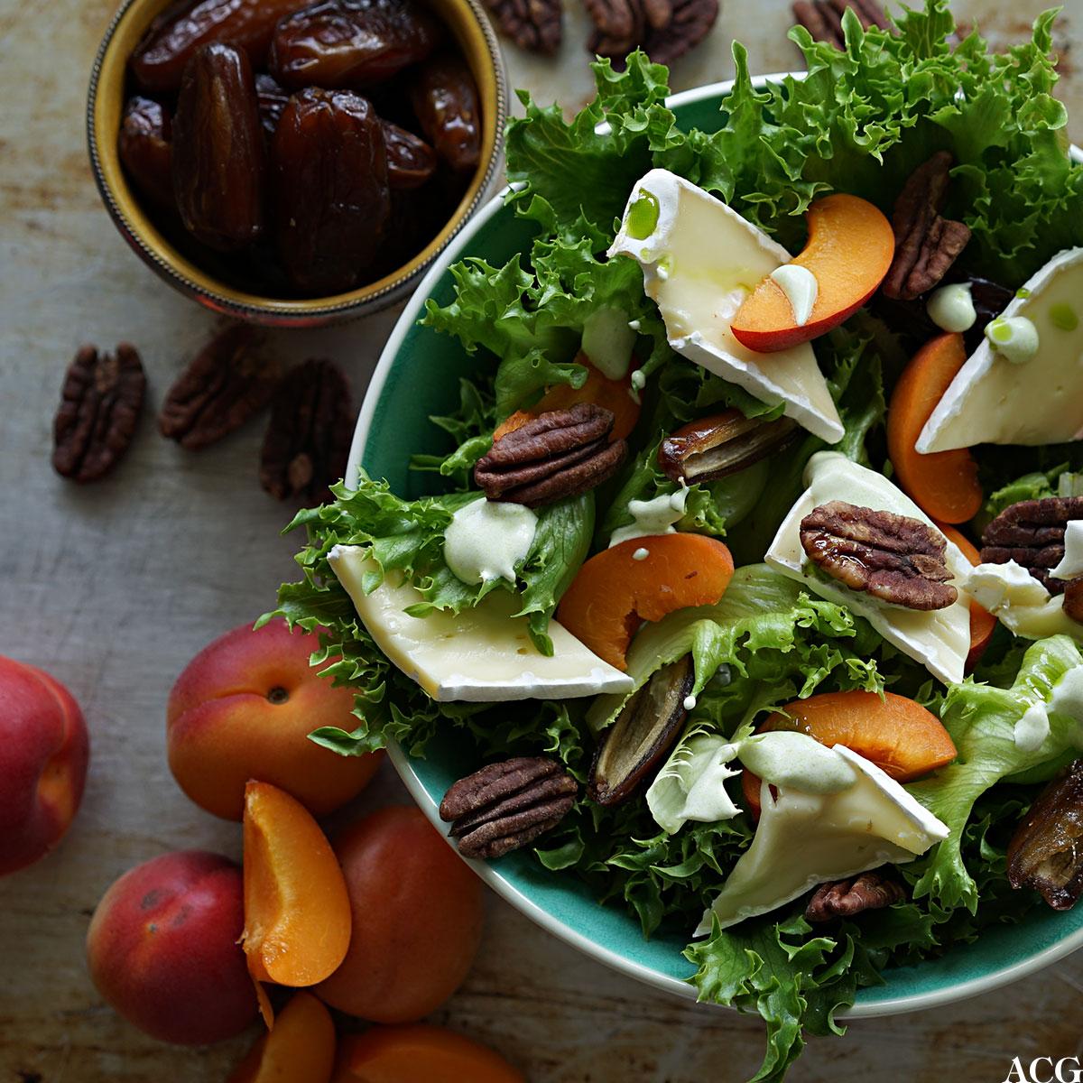 Sommersalat med aprikos og dadler