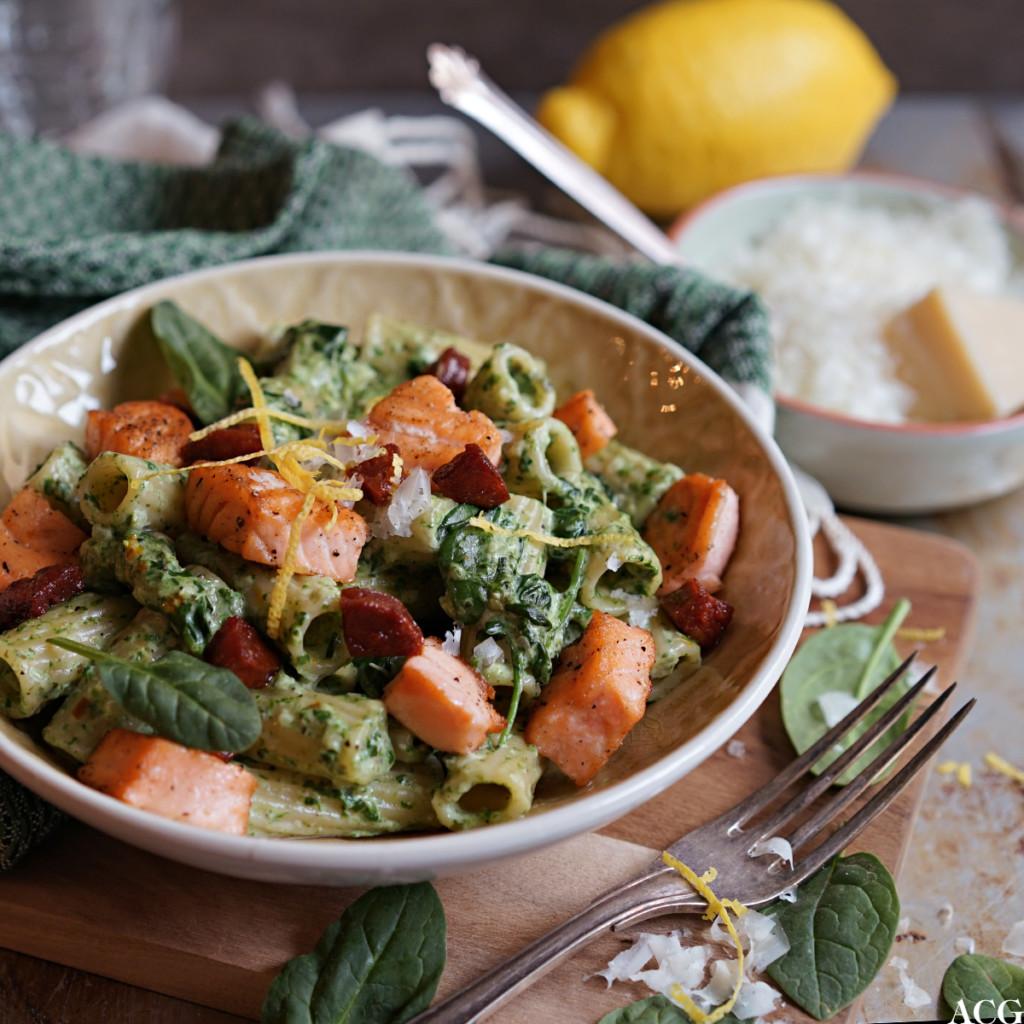 pasta med laks, spinat og chorizo