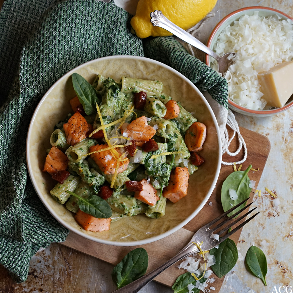 pasta med laks, chorizo og spinat