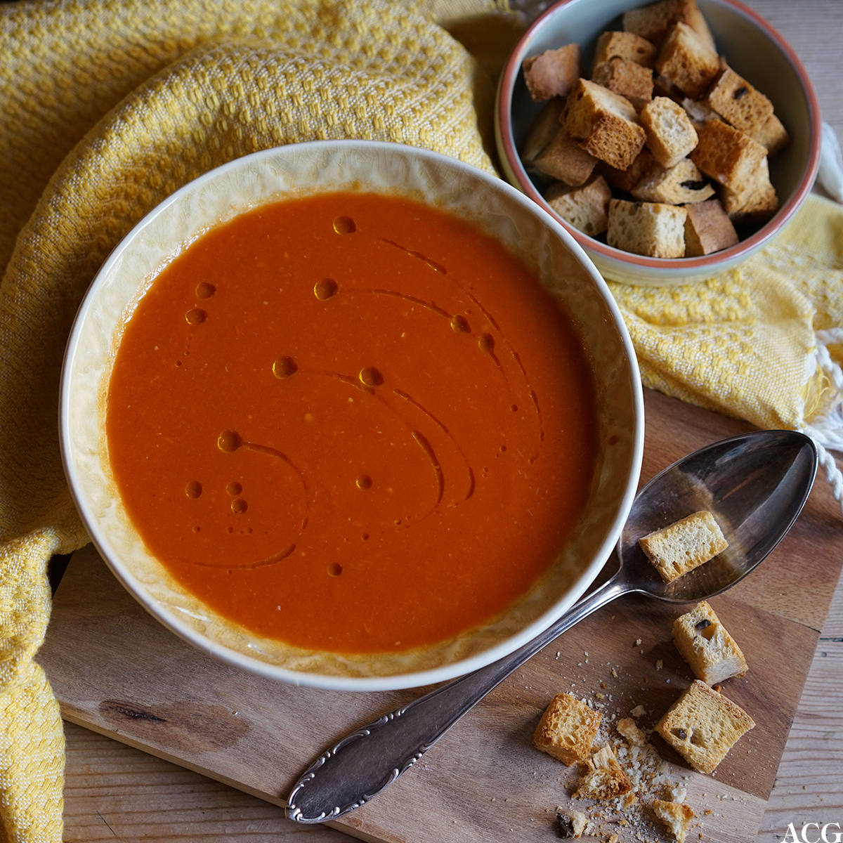 tomatsuppe med chili og hjemmelagde krutonger