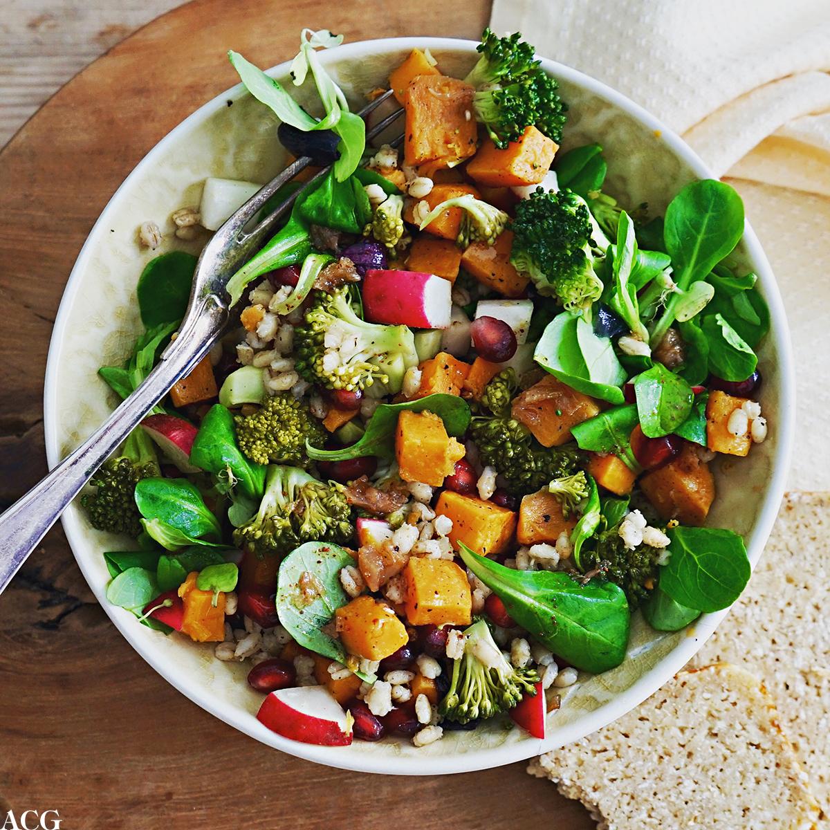 salat med søtpotet, byggris og harissadressing